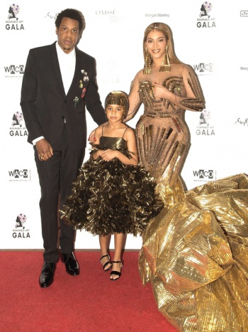 碧昂丝女儿BlueIvy身穿ANNAKIKI高定金色礼裙出席Wearable Art Gala